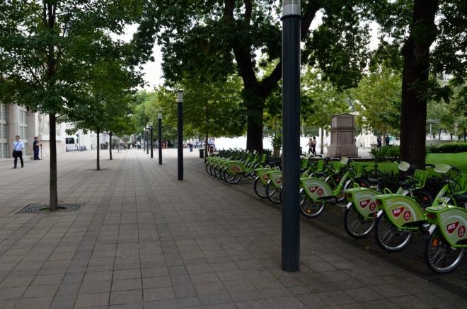 Míříme na severozápad k parlamentu, zde jsme na náměstí Svobody (Szabadság tér), které vyplňuje prostor po věznici zbořené v roce 1897. Na podobná stanoviště jízdních kol jako zde jsme naráželi docela často.