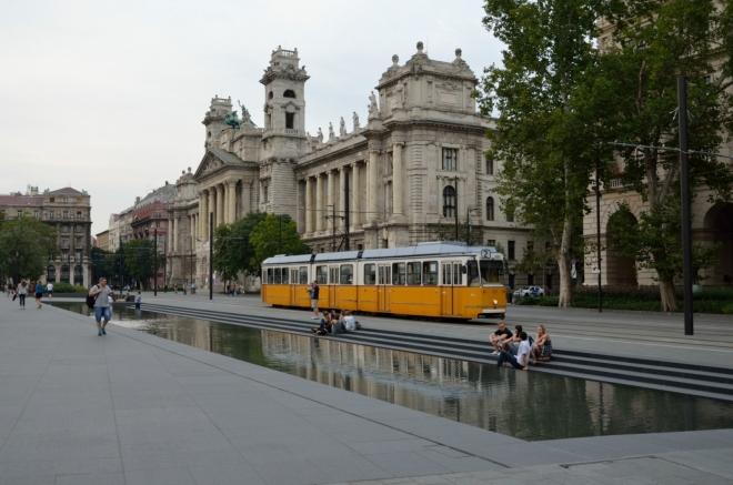 Jak mohl Országház vypadat, kdyby zvítězil některý ze dvou poražených architektů, lze vidět přímo na místě, podle jejich návrhů byly realizovány dvě budovy stojící naproti parlamentu. Teď se díváme na jednu z nich, Etnografické muzeum (Néprajzi Múzeum), také jsem si zde počkal na typickou budapešťskou tramvaj.