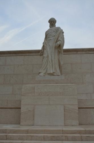 """Náměstí při parlamentu nese jméno Lajose Kossutha (""""lajoš košút""""), hlavního vůdce Maďarské revoluce v polovině 19. století, jež přerostla ve válku za nezávislost na Rakousku."""