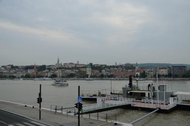 Pomalu přejdeme do Budína ležícího na protějším břehu. Centrum Budapešti se vzdáleně podobá tomu pražskému – řeka jej dělí v severojižním směru, na západě je kopec s hradem a chrámem, většina starého města se rozkládá na plošším východě.