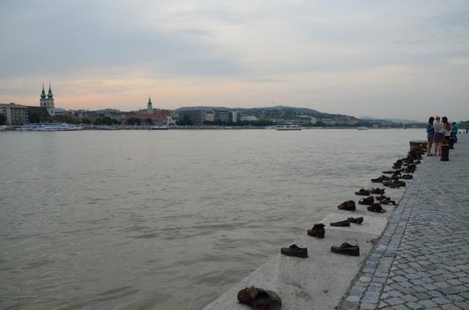 Dunaj proti proudu s památníkem židů zabitých u řeky nacisty v letech 1944–1945. Zastřelení padali do vody a ta je odnesla pryč, předtím se na břehu museli vyzout...