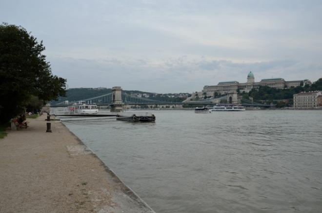 """Blížíme se k Széchenyiho řetězovému mostu (Széchenyi lánchíd/""""séčeňi lántshíd""""), zvanému též jednoduše Řetězový most."""