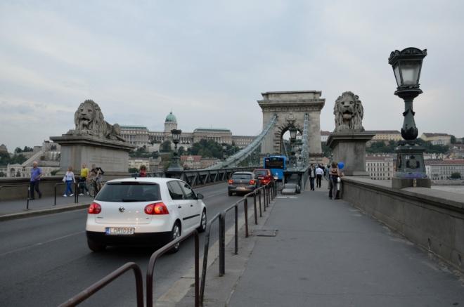Centrální budapešťský most vznikl v letech 1839–1849 jako vůbec první stálé překlenutí Dunaje v celém Maďarsku. Nese jméno Istvána Széchenyiho, který stejně jako Kossuth patřil mezi vůdce Maďarské revoluce a jenž se o výstavbu mostu zasloužil.