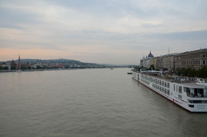 Most je dlouhý 375 metrů, pro představu o šířce Dunaje v těchto místech. Jak napovídá obzor, denní světlo nás každou chvíli opustí.