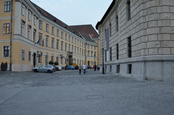 """Nahoře jsme za chvíli, ke hradu nás přivede Divadelní ulice (Színház utca/""""sínház utsa""""). Už je v podstatě tma, fotky zesvětluje dlouhá expozice."""