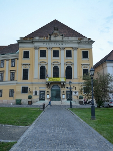 """Hradní divadlo (Várszínház/""""vársínház""""), nejstarší dosud funkční divadlo ve městě"""