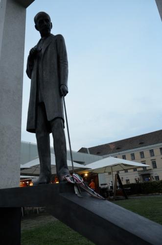 Zřejmě socha nějaké významné osoby, bohužel nevím, o koho jde.