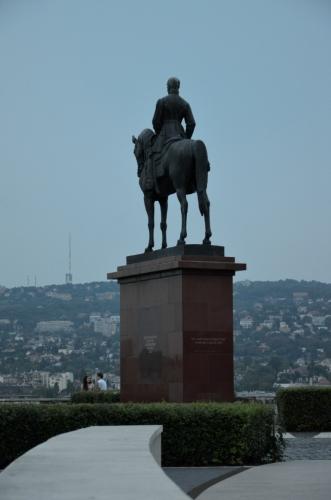 Socha Artúra Görgeye hledící ke kopcům na západě, chvíli hledíme s ním. Görgey je další z klíčových postav Maďarské revoluce, vedl revoluční vojska.