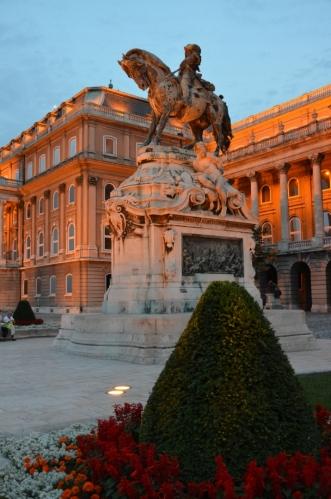 Jezdecká socha prince Evžena Savojského, slavného rakouského vojevůdce, zde stojí od roku 1900. Měla být brzy nahrazena sochou Františka Josefa I., jenž byl mimo jiné i maďarským králem, tyto plány se však nenaplnily.