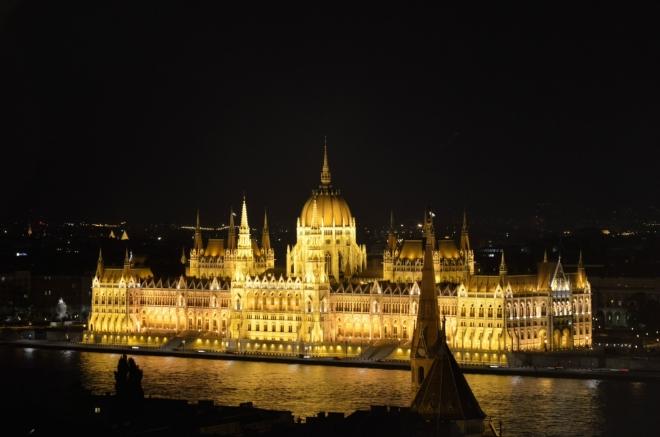 Jeden výhled za všechny – rozsvícený parlament