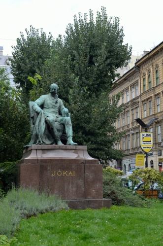 Památník spisovatele Móra Jókaie, spíše výjimečné přerušení souvislých řad domů podél ulice.
