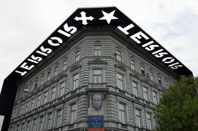 Dlouhou třídu dělí zhruba na třetiny dvě menší náměstí. Již jsme za náměstím Oktogon a zastavujeme se u muzea zvaného Dům teroru (Terror Háza), jež mapuje období fašismu a komunismu v Maďarsku.
