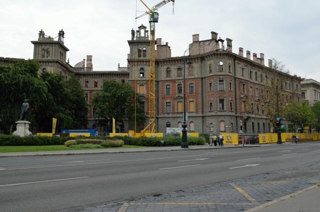 """Kruhové náměstí Kodály körönd (""""kodáj körönd""""), na němž jsou symetricky rozmístěny sochy čtyř hrdinů maďarské historie, nám označuje vstup do poslední třetiny Andrássyho třídy, jež prochází převážně vilovou čtvrtí."""