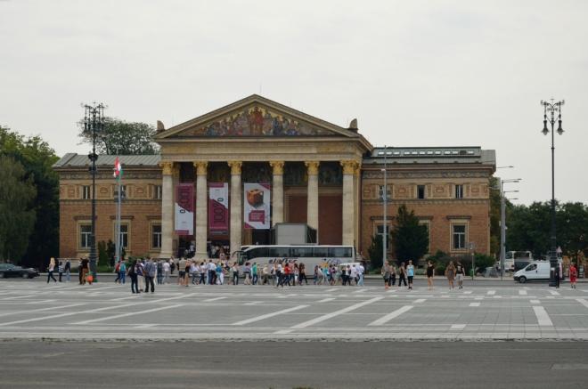 "... a Palác umění (Műcsarnok/""műčarnok"")."