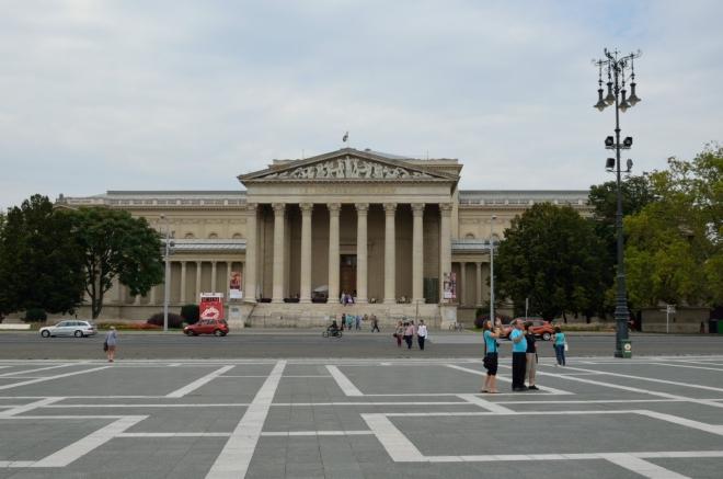 """Po stranách uzavírají náměstí další dvě výrazné stavby, Muzeum krásného umění (Szépművészeti Múzeum/""""sépművésety múzeum"""")..."""