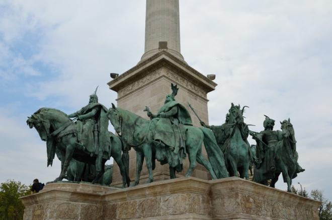 Při úpatí sloupu je zpodobněno sedm vůdců, kteří přivedli maďarské kmeny do Karpatské kotliny, v čele s knížetem Arpádem.