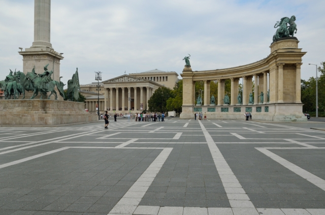 Součástí památníku je též dvojice kolonád v pozadí, každá obsahuje po sedmi sochách dalších maďarských hrdinů.