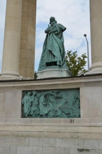 Připomínáni jsou zde především uherští králové a vůdci protihabsburských povstání. Zde se díváme na sochu krále Bély IV., jenž vládl počátkem 13. století.