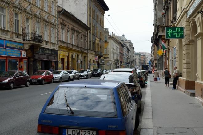 """Zpátky jdeme převážně po ulici Király (""""kiráj"""") souběžné s Andrássyho třídou."""