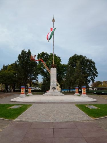 """V parku za bazilikou potkáváme tento památník, zřejmě připomínající časy """"velkého Maďarska"""". Jdeme si ještě ověřit odjezdy autobusů na nádraží v pozadí."""