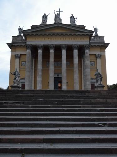 Bazilika zepředu. I dnes narážíme na jeden z největších kostelů v Maďarsku, při úpatí mohutných sloupů se člověk cítí velmi malý. Klasicistní stavba pochází z 30. let 19. století.
