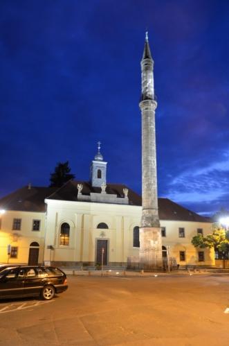 Úzkými uličkami jsme se dostali k další z hlavních egerských zajímavostí, jíž je minaret ze 17. století, nejsevernější z minaretů dochovaných na bývalém území Osmanské říše. Vzhledem k dlouhé expozici jsem fotku bohužel nedokázal nerozmazat.