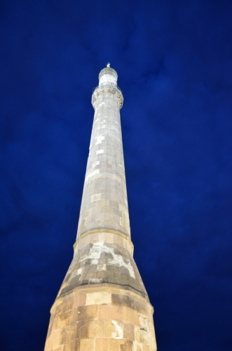 Minaret je možná nejvýraznějším pozůstatkem turecké nadvlády v Egeru, jež trvala téměř sto let (obléhání v roce 1596 už město nezvládlo tak dobře). Máme smůlu, že všude přijíždíme až večer, za dne je možné – ačkoliv se mi tomu při šířce stavby nechce věřit – vystoupat skrz minaret na vyhlídku.