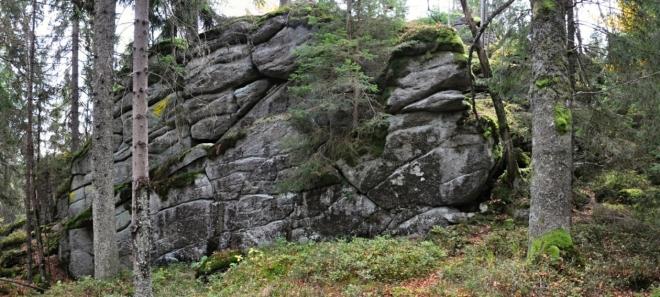 Kamenná stěna na vrcholu Slunečné.