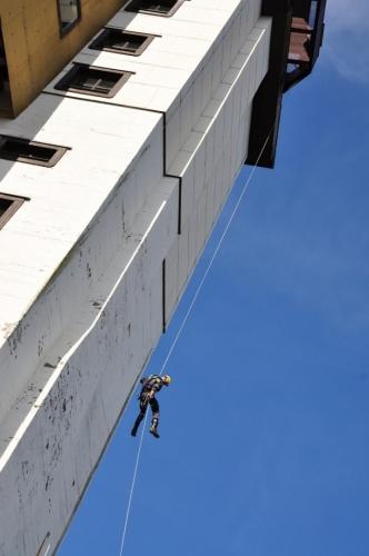 Slaňování musí být dobrá zábava. Čekal jsem, že budou hasiči šplhat po laně i nahoru, ale marně. To asi spoléhají na svůj žebřík.