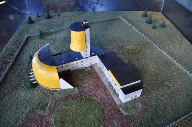 Takhle původně vypadal celý areál radarové věže. A tak jsem ho i v roce 1990 zažil. Na výhledovou plošinu se lezlo po přistaveném žebříku. Ale i dnes je poslední úsek nahoru velmi strmý.