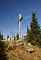 U nejvyššího bodu Polední hory stojí velký kříž.