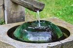 Oči má také zdejší voda léčit. Zkouším to a jsem zvědavý o kolik dioptrií se mi zlepší zrak.