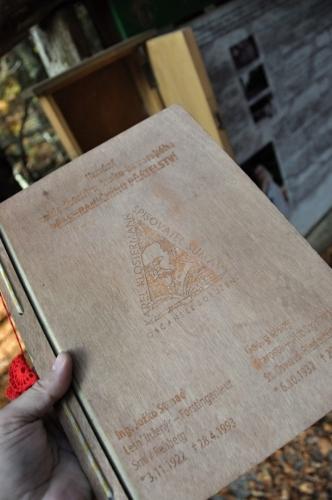 Kniha obsahuje popisy jak Hauswaldská kaple sdružila lidi z obou stran šumavské hranice. Jak to bylo se zázračnými událostmi se dočteme z informační tabule.
