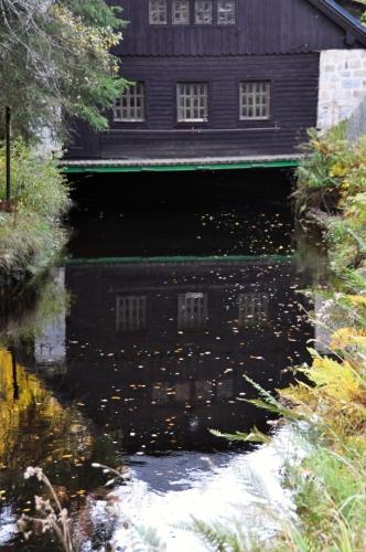 Z plavebního kanálu se již desítky let odvádí voda podzemním potrubím k nádrži nad Srním, odkud napájí hydroelektrárnu Vydra u Čeňkovy pily.