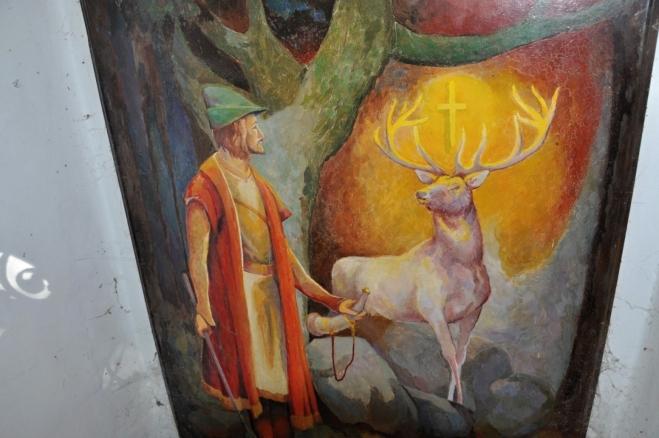 Opravená Boží muka se sv. Hubertem hlídá jasné oko (vlevo na zdi).