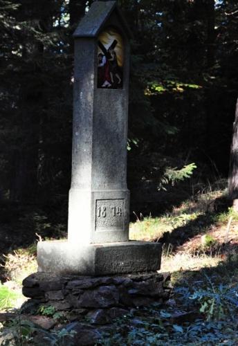 Původních, s letopočtem 1874, se zachovalo jen několik.