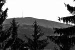 Výhledy dnes omezuje les, přestože kdysi zde jistě byly pastviny a louky. Spatřit tak můžeme poue Bulový a za ním vrchol Kletě (1 084 m n. m.).