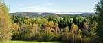 Nad Kuklovem jsou podzimně zabarvené vrchy Šibeníku (787 m n. m.)a Vlčího kopce (767 m n. m.), které patří do CHKO Blanský les.