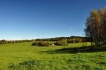 Pastviny u Ktišky jsou ooavdu veliké. Z bývalé vsi zbyl jediný rozpadající se statek.