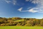 Nahoře je vesnička Ovesné, do níž se lze dopravit vlakem na trati Prachatice - Volary.