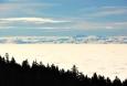 Alpy z nízké oblačnosti vyčnívají jen několika nejvyššími štíty jako je např. Gross Priel v Totes Gebirge.