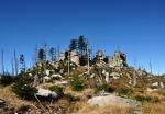 Skály mezi vrcholy Třístoličníku a Hochsteinu míjíme v těsné blízkosti.
