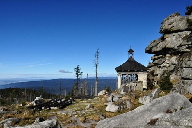 Kaple sv. Jana Nepomuckého leží nedaleko nejvyššího vrcholu.