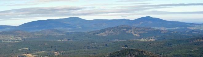 Boubín s Bobíkem pod sebou ukrývají Zátoňskou horu, kde jsme včera stáli na jejím vrcholu.