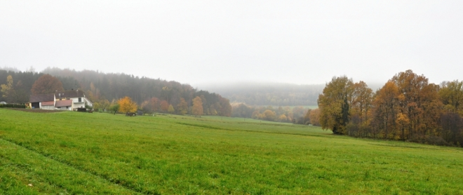 Amerika. Tak se jmenuje samota nad Horními Chrášťany. Mlhy se rozvalují po okolních kopcích, do kterých míříme.