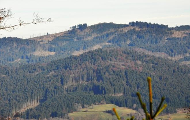 Knížecí stolec je nově zakreslen v mapách s výškou 1 236 m n.m. Je to po opravě původně zmiňované kóty 1 226 m n. m., kdy by byl sousední vrchol Lysé (1 228 m n. m.) o 2 m vyšší. Tak se o tom zmiňuji i v předešlých článcích na Šlápotech. Dle nových zjištění je však vrcholová skála o cca 10 m vyšší než bylo psáno. Atraktivní vrcholek s rozhlednou je tedy po zásluze nejvyšší horou Želnavské hornatiny.