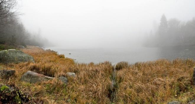 Mlha nás vítá u Plešného jezera.