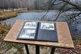 Poprvé zde vidím otevřenou knihu s dobovými fotkami, které jsou nově rozmístěny na dnes již lidmi většinou opuštěných místech Šumavy.