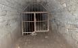 Vstup do podzemí je zamezen železnými vraty. Uvnitř přečkávají zimu kolonie několika druhů netopýrů.