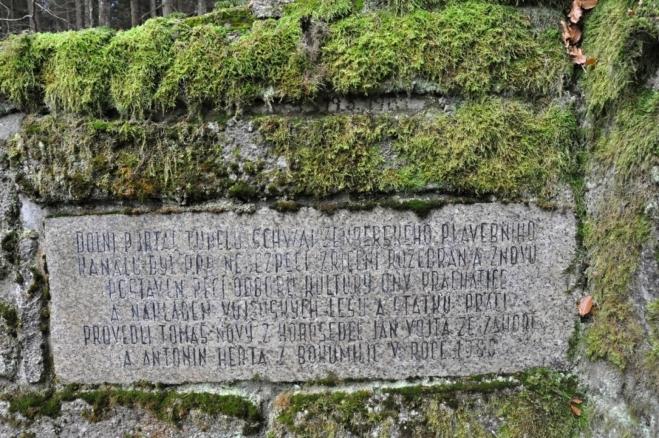 Vytesaný vzkaz upozorňuje na to, že v minulosti byl portál tunelu z důvodu hrozby zřícení rozebràn a znivu sestaven.